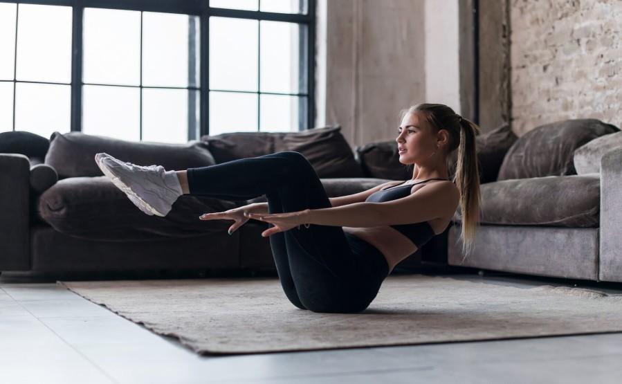 Jak motywujesz się do ćwiczeń w domu? Od tego,jak motywujesz się do ćwiczeń w domu, zależą ich efekty. Na ogół o wiele trudniej jest rozpocząć ćwiczenia we własnym zakresie, niż udając się na siłownię czy do klubu fitness. Tymczasem w wielu przypadkach zwyczajnie nie mamy możliwości ćwiczyć w grupie bądź pod okiem profesjonalisty - musimy więc zadowolić się ćwiczeniami w domowym zaciszu. Poznaj sposoby i sprawdź,jak zmotywujesz się do ćwiczeń w domu.