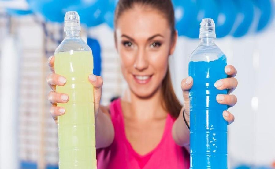 """Co dają napoje izotoniczne? Nazwę """"napoje izotoniczne"""" zna każdy z nas. Nieodłącznie też kojarzą nam się one ze sportem. Czy jednak mamy pełną wiedzę na temat działania oraz efektów jakie przynoszą napoje izotoniczne? Jeśli nie, to ten artykuł powinien rozwiać wszelkie wątpliwości."""