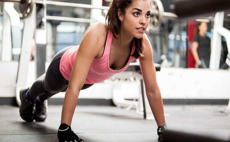 Czego nie robić przed treningiem Trening jest dla naszego organizmu wielkim wysiłkiem. Dlatego też powinniśmy się do niego dobrze przygotować. A to oznacza wystrzeganie się kilku rzeczy które mogą spowodować że trening nie będzie efektywny.